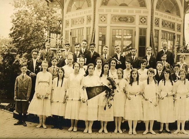 Shaarei Tfiloh Confirmation class, Patterson Park, 1917.