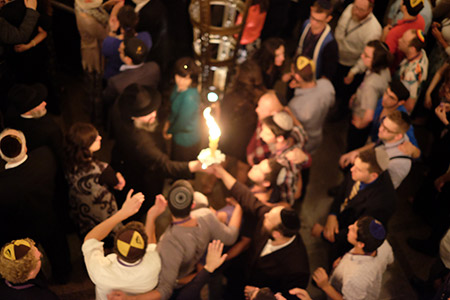 Attendees of the 2014 National Jewish Retreat mark the end of Shabbat on Aug. 9 with a musical Havdalah ceremony at the Palmer House Hilton.