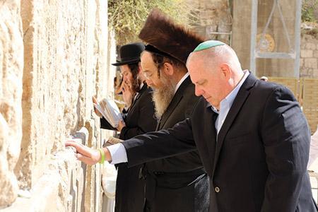Hogan prays at the kotel in Jerusalem