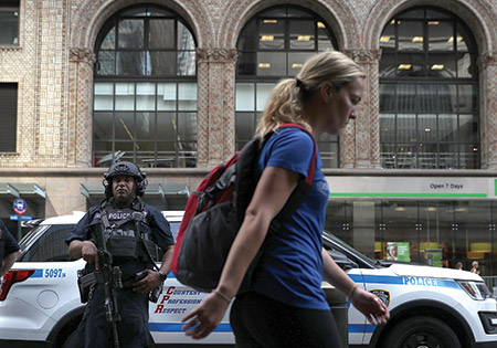 A New York City police officer stands guard outside Grand Central Station in New York City. (Justin Sullivan/Getty Image)