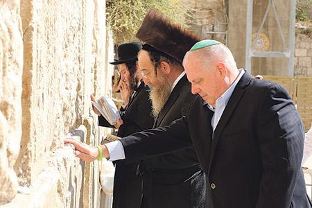 Gov. Hogan prays at the Western Wall. (File photo)